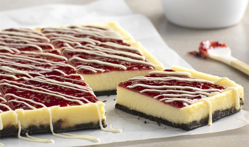 Barres de gâteau au fromage au chocolat blanc et à la framboise
