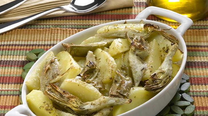 Pommes de terre et artichauts dans une casserole