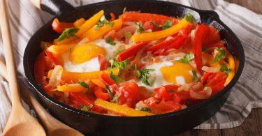 Poêlée de poivrons avec des oeufs au plat